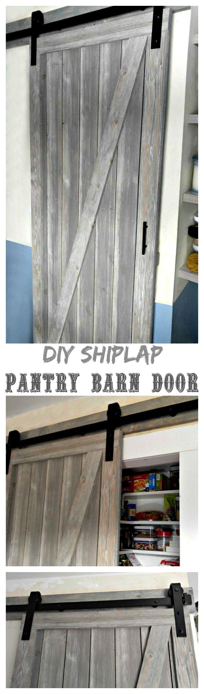Esta puerta de granero de bricolaje Shiplap es la manera perfecta de añadir un toque decorativo a mi despensa y ahorrar mucho espacio en mi pequeña cocina de galera