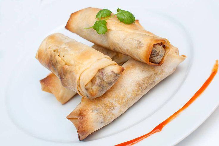 Sunnere thai-inspirerte vårruller med peanøtter sombåde barn og voksne elsker. Vårruller må jo være det beste som finnes! Disse fyller vi med kål, gulrøtter, peanøtter og masse gode smaker. De er ekstra gode med søt chilisaus ved siden av. Her har jeg brukt ganske store filodeig-ark, men det er ingenting i veien for å bruke …
