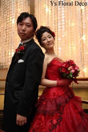 こちらのおふたりのお色直しのときのご様子です。清楚な白ドレスから、情熱的な赤ドレスへとイメージチェンジ。大人っぽい雰囲気もプラスされて素敵です。華やかな後...
