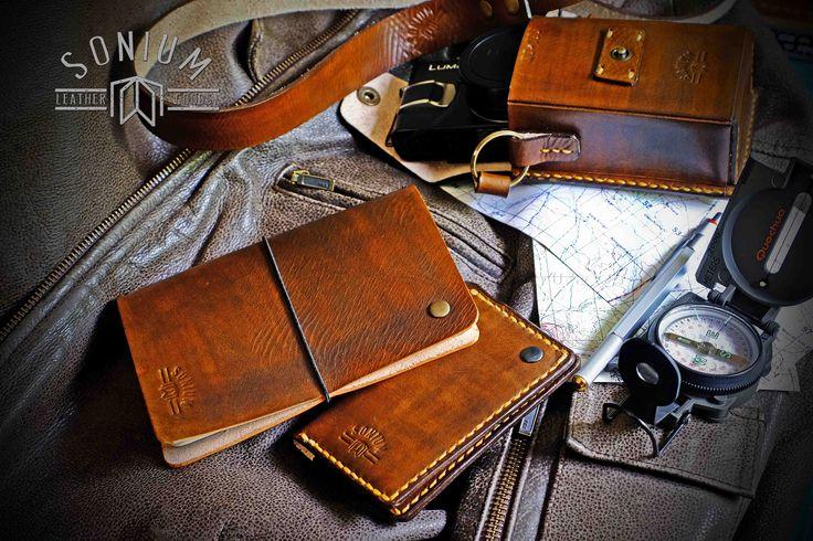 """SONIUM LEATHER"" Proudly handmade in Portugal. Connecting Generations. (PT) - Vamos viajar com estilo. Bolsa Camera fotográfica SONIUM + Capa blocos notas SONIUM + Carteira de cartões e notas SONIUM. (EN) - Let's go travel in style. SONIUM Camera Pouch + SONIUM Notebook Cover + SONIUM Card and notes Wallet."