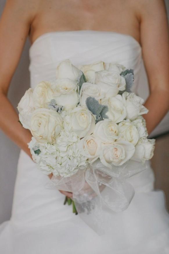 Dreamy colori crema in questo tono su tono bouquet. Il minimo tocco di colore (l'orecchio di agnello?) Aggiunge il tocco finale! Fotografia di yvonne-wong.com / bouquet da freesiadesigns.com