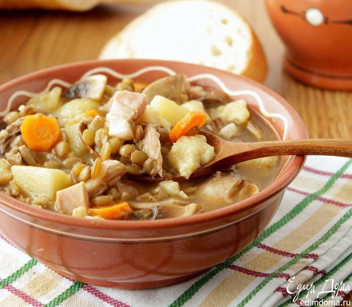 Густой суп с чечевицей, грибами и клецками  Суп можно варить как с картофелем, так и без него, попробуйте оба варианта и выберите для себя тот, который понравится вам больше всего!  #едимдома #обед #суп #чечевица #вкусно #рецепты #кулинария