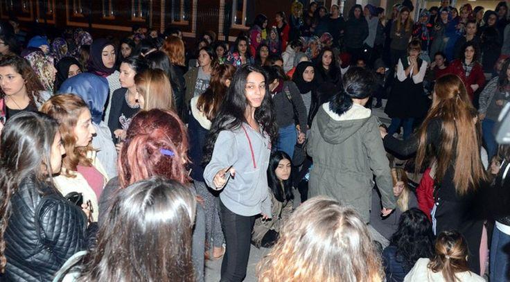 Üniversite yurdu önünde 'kız kaçırma' protestosu - Sözcü