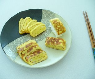 Tamago Egg Crepe Rolled Sushi - pada dasarnya adalah omelet, yang bisa langsung dimakan atau disajikan bersama nasi sebagai nigiri sushi. Sangat cocok disajikan sebagai bekal praktis anak ke sekolah.