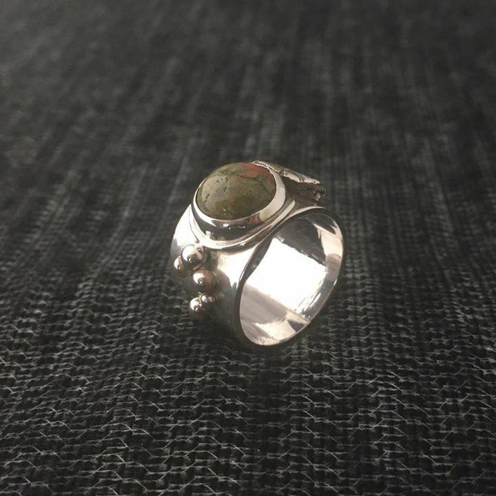 Anillo de plata con piedra serpertina | Alejandra Tapia | Patagonia • Chile.
