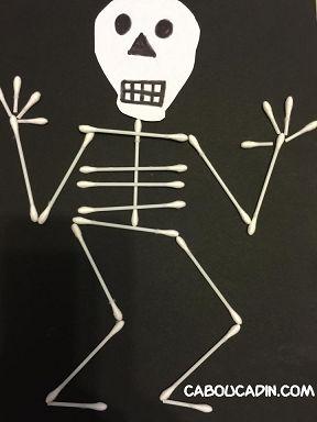 Faire un squelette avec des cotons tiges pour Halloween…