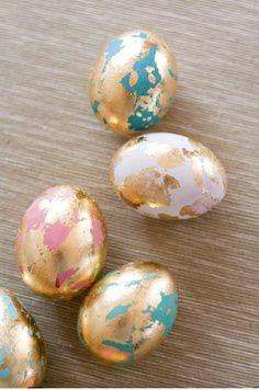 Ostereier mit Blattgold bemalen