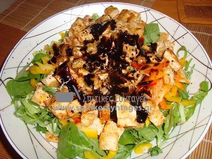Γευστική πράσινη σαλάτα με μαρούλι, σπανάκι και ρόκα.Πολύ πλούσια σε θρεπτικά συστατικά. Μπορεί εύκολα να αντικαταστήσει ένα γέυμα μας.