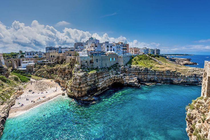 Polignano, Perla dell'adriatico che sorge sulla roccia. Dalle terrazze presenti all'interno del paese è possibile ammirare il mare cristallino e tutta la costa. Le grotte marine sono considerate tra le meraviglie più belle d'Italia. Un luogo che non si fa dimenticare e che rimane nel cuore.
