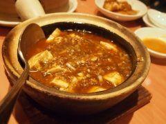 近鉄八尾駅近くにあるもりもとはピーク時には行列ができるほどの人気店です どのメニューもリーズナブルで美味しいんですが私のお気に入りはマーボー豆腐 ぐつぐつの土鍋で運ばれてきて熱々を味わえますよ ほんのり辛口でクセになる美味しさですね()v tags[大阪府]