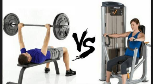 C'è molta differenza tra il tipo di allenamento con i macchinari rispetto a quello con i pesi liberi. Scopriamo come allenarsi meglio.