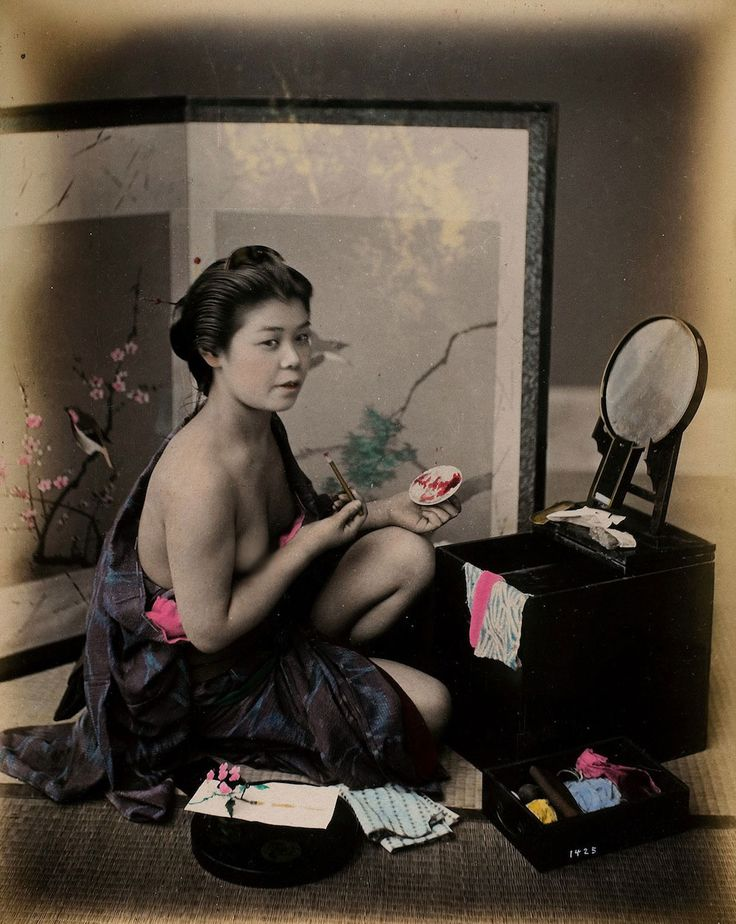 A glimpse at what is known as the geisha golden age — and the kimonos are absolutely striking.