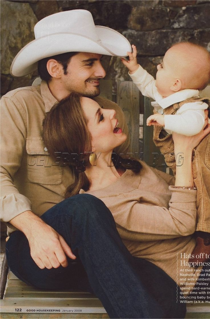 This is probably the most adorable thing I've seen. Brad Paisley and his wife Kimberly Williams-Paisley and their son Huck.