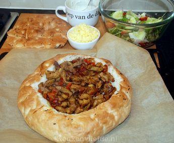 """Direct na de eerste hap van dit gevulde Turkse brood keken Johan en ik elkaar aan: """"Wauw! Wat is dit lekker!"""", riepen we in koor."""