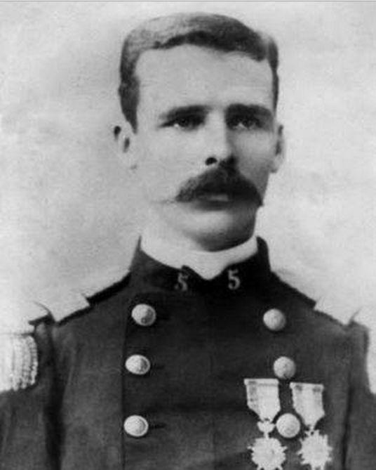 Cabo 2° Marcos Eusebio Latham Hall (1863-?) Ingresa al ejército como soldado del Batallón Cazadores del Desierto. Asciende a Cabo 2° en Octubre de 1879 y es transferido al Regimiento Movilizado Lautaro.