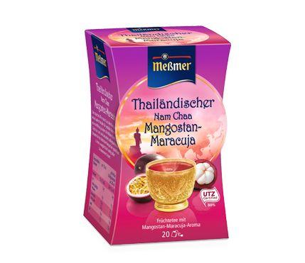 Sein tropisches Klima macht aus dem Königreich Thailand ein wahres Paradies für exotische Früchte. Mit Mangostan und Maracuja haben die Meßmer Tea-Master den Geschmack nach zwei besonders außergewöhnlichen Obstsorten für ihre Früchtetee-Komposition gewählt und so einen unvergleichlich fruchtig-süßen Genussmoment kreiert.  Sein tropisches Klima macht aus dem Königreich Thailand ein wahres Paradies für exotische Früchte. Mit Mangostan und Maracuja haben die Meßmer Tea-Master den Geschmack nach…