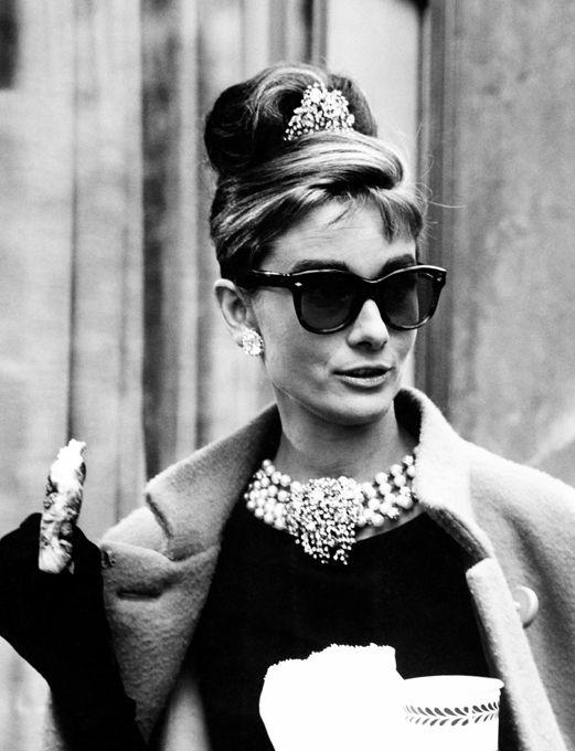 Одри Хепберн: фея любви и красоты Затем Одри предложили главную роль в знаменитых  Римских каникулах .После  Римских каникул  Одри снималась в фильме  Сабрина , где познакомилась с Хаммфри Богартом и Уильямом Холденом. И если гроза девичьих сердец Богарт нисколько ее не заинтересовал, то при взгляде на Холдена проскочила искра... Выбор Одри был очевидно неудачен: алкоголизм Билли Холдена и его интрижки были известны всему Голливуду.Спустя всего год она вышла замуж за другого актера - Мела…