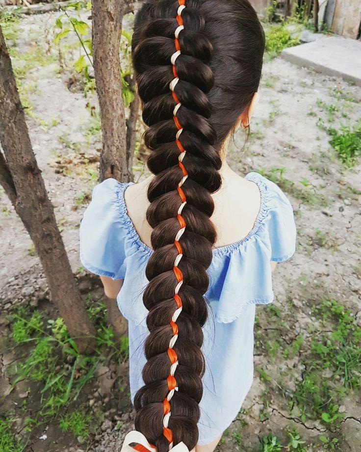Коса из пяти прядей с двумя лентами