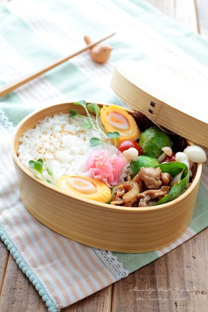 ・豚肉の生姜焼き ・金ごまと白ご飯 ・明太子かにかまの玉子焼き ・芽キャベツとトマトの胡麻マヨ和え ・桜漬け