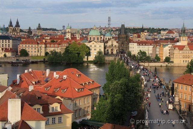 A Ponte Carlos, o rio Moldava e o centro histórico de Praga