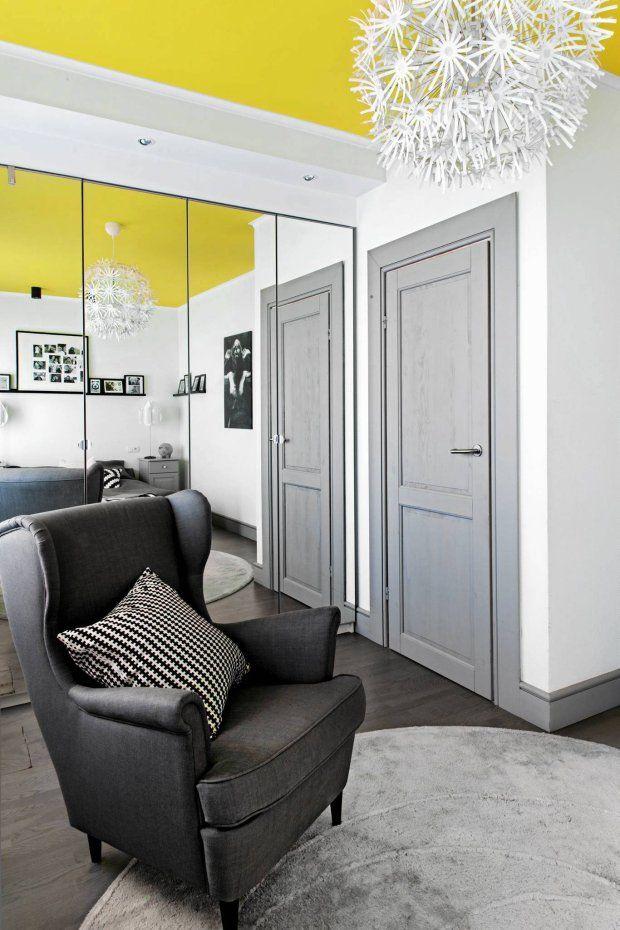 Szara podłoga, szare drzwi, białe ściany