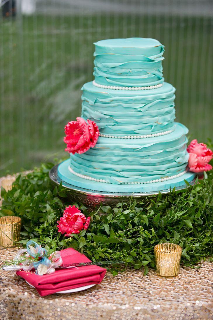 Le gâteau à trois niveaux correspondait aux couleurs du mariage avec un fondant et des …   – Becca wedding