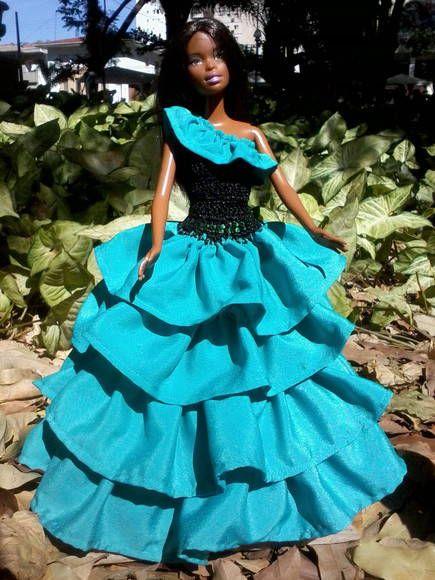 vestido com 4 saias, corpo em croche com um ombro só, com botões atraz R$ 35,00