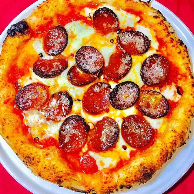 こんにちは🌞ピナ川原です🍴本日は新作のご案内😚ピリ辛サラミのピッツァ「ペパロニ」コクの有るモッツァレラと程良い酸味のトマトソースにピリ辛なドライソーセージのピザです🍕 試食で頂きましたがもう病み付き🤤お試しあれ🎶#鹿児島#ピザ#肉#ワイン#kagoshima#pasta#pizza#napoli