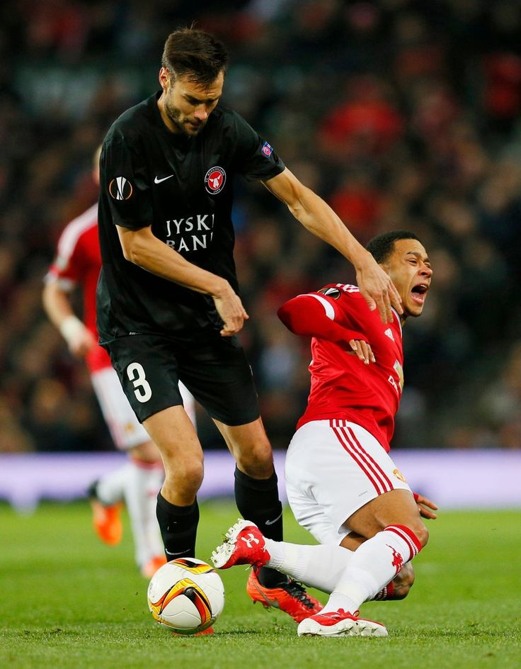 Memphis depay goes down under a challenge from tim sparv