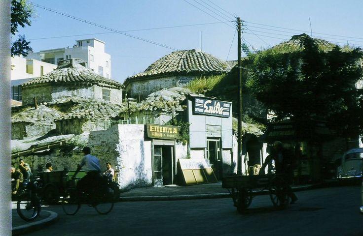 Μια από τις πρώτες, πιστεύω, έγχρωμες φωτογραφίες της πόλης! Δεκαετία του ΄50. Πρέπει να είναι στα λουλουδάδικα.