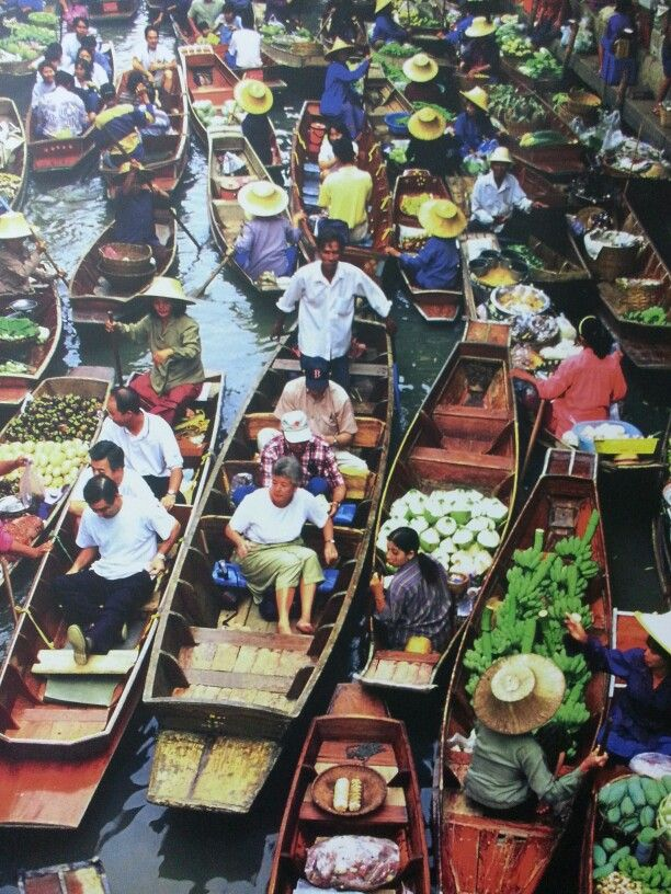 This is Floating Market in Tailand. I will visit here and I will buy and eat something.