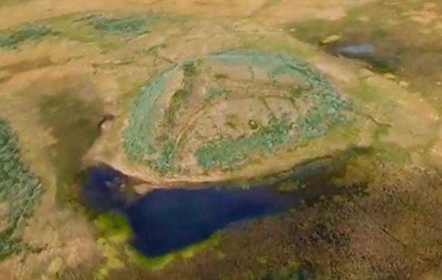 """In den letzten Jahren tauchten immer wieder mysteriöse Krater in Sibirien auf, die sich mit Wasser füllten und wegen ihres dunklen Aussehens """"Schwarze Löcher"""" genannt wurden. Verursacht…"""