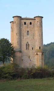 In 1231, after the defeat of the Château de Termes during the Albigensian Crusade, Simon de Montfort, 5th Earl of Leicester, attacked Arques. After having burned the village (Villa de Arquis), situated on the banks of the Rialsès, he gave this part of Razès to one of his lieutenants, Pierre de Voisins. In 1284, Gilles de Voisins bagan work on building a castle, with the intention of defending the Rialsès valley and controlling the transhumance routes leading to the Corbières.