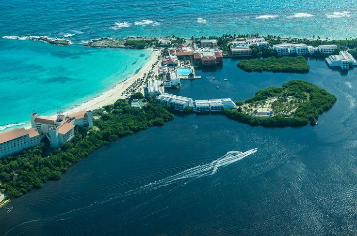 Vista aérea de #Cancun, donde se aprecian los distintos azules de sus aguas. Las mejores actividades náuticas se aprecian en estas bellas costas.   http://www.cancun-online.com/Cancun/Hoteles/