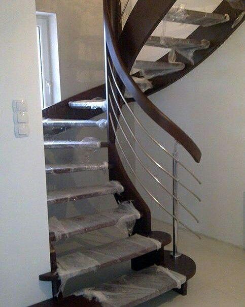 Schody kręcone mają coraz więcej zwolenników. Nie zajmują zbyt wiele miejsca, a więc pasują nawet do najmniejszych pomieszczeń, stopnie są zróżnicowane pod względem rozmiarów, http://www.schody-mika.pl/galeria.htm #schodymika #schody #stairs #schodydrewniane
