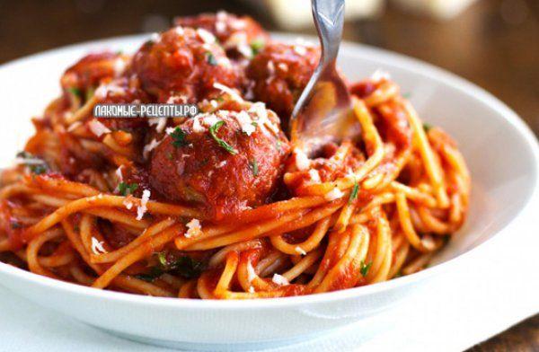 Фрикадельки из индейки, красного перца и сухариков со спагетти