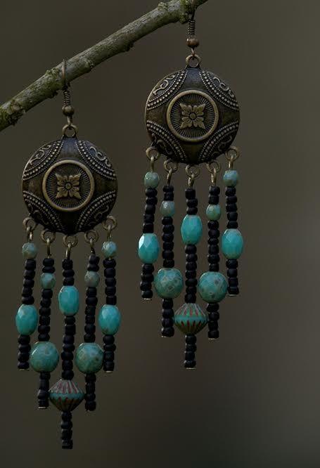 Bronzen oorbellen met czech glaskralen en Rocailles.