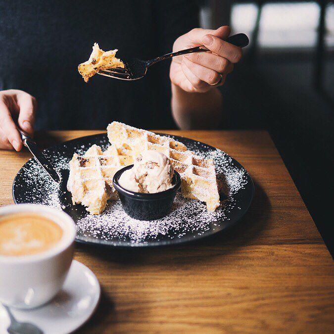 Пробовали невероятные снэки в ресторане Ватерлоо - сырные крокеты с малиново-перечным соусом (моя страсть) и хрустящие пельмени с цыпленком и сметанным соусом. Идеально на двоих когда еще не хочешь есть но за беседой хочется чем-то побаловаться а с очаровательным бельгийским пивом они сочетаются идеально.  Перед вафлями (моя вторая страсть) я вообще теряю сознание особенно если к ним заказать мороженое из грецкого ореха вкуснее которого может показаться только то которое вы покупали во…