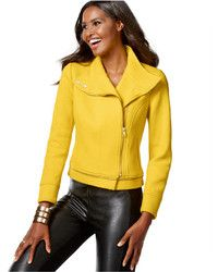 Look de moda: Abrigo Amarillo, Jersey con Cuello Circular Rosado, Falda Skater en Verde Azulado, Botas sobre la Rodilla de Ante Azul Marino | Moda para Mujer