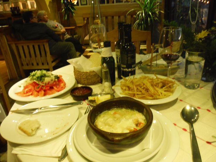 Ostiones a la parmesana, ensalada chilena, papas hilo (scallops a la parmesana, Chilean salad, and shoestring potatoes)