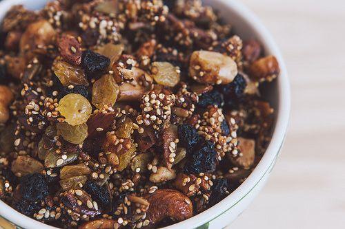 Granola sem glúten  ngredientes – receita básica 2 xícaras (300gr) de nozes/castanhas variadas (noz, pecã, de cajú, do pará, amêndoa, avelã) 2 xícaras (300gr) de sementes variadas (gergelim, quinoa, de abóbora, de girassol, linhaça…) ¾ xícara (75gr) de coco seco fatiado ou ralado sem açúcar (opcional) uma pitada de sal uma col. de chá de canela em pó (opcional) ¼ xícara de azeite de oliva extra virgem ¼ xícara de mel uma col. de chá de essência de baunilha (opcional) 1 xícara (200gr) de…