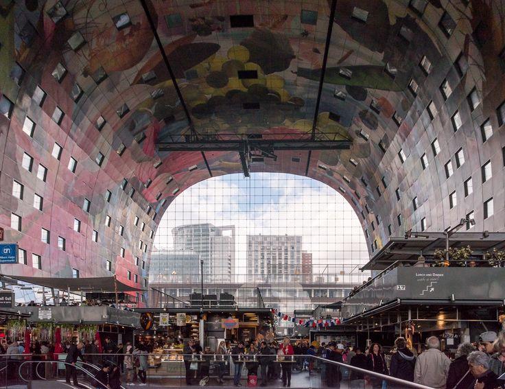 Le Markthal à Rotterdam est une immense halle avec plein de restaurant. Sa voûte peinte est impressionnante !