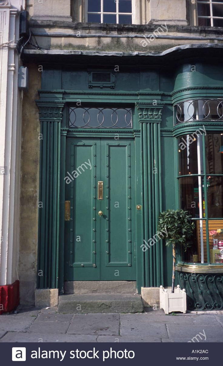 Download this stock image: Green Georgian shop door Bath Spa, Somerset, England UK - A1K2AC from Alamy's library of millions of high resolution stock photos, illustrations and vectors.
