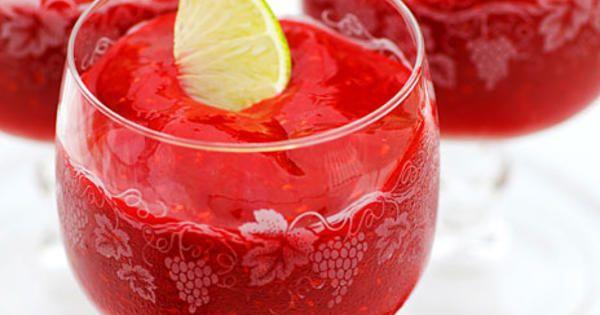 Frysta hallon, jordgubbar, lime och ljus rom i en härlig daiquiri. För en alkoholfri variant kan man bara utesluta rommen och spetsa drinken med några droppar koncentrerad äppeljuice i stället. Här funkar det också med annan juice som har lite sötma, så apelsin, hallon eller något liknande går också bra. Recept från boken Venus drinkar.