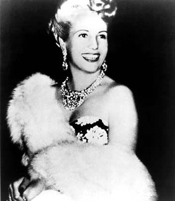 """Evita Peron:  chegou a ser primeira dama da Argentina e se tornou um verdadeiro ícone do país, nasceu em 1919 e faleceu em 1952. O francês Christian Dior, um dos mais famosos criadores de moda, gostava de afirmar a seu respeito: """"Eu vesti apenas uma rainha: Eva Peron!""""   Enquanto ela própria, dona de extraordinária força de vontade e obstinação que a conduziram, da pobreza, até onde chegou, afirmou em seus tempos de luta, quando saiu de casa aos 15 anos e tentava ser atriz teatral e de…"""