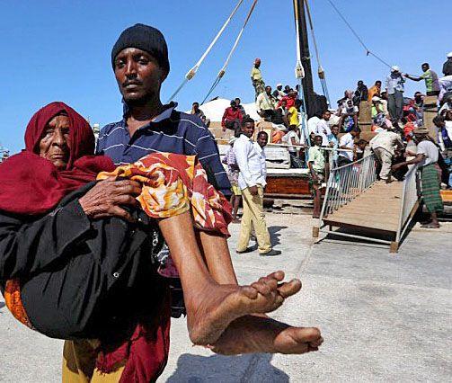 11 août 2015 - Des milliers de Somaliens fuient la guerre au Yémen : Plus de 20 000 Somaliens qui avaient fui au Yémen la guerre civile dans leur pays ont fait le chemin inverse depuis mars... Ces Somaliens, poussés à quitter leur pays par des famines à répétition ou la guerre civile qui sévit depuis 1991, ont été rattrapés par la guerre au Yémen et ont traversé le golfe d'Aden par bateau pour gagner les régions somaliennes semi-autonomes du Puntland et du Somaliland (nord-est).