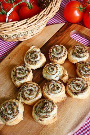 1 pachet de foietaj 500 gr ciuperci champignon 150 gr branza telemea sau cascaval putin marar verde 3 – 4 cepe verzi piper /s...