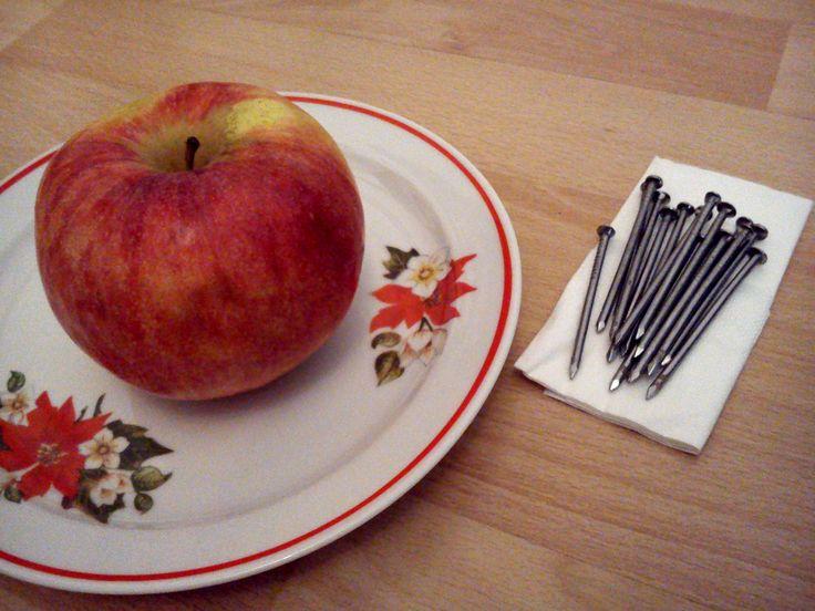 alma vas szegekkel