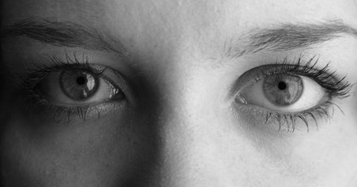 Cores raras do olho humano. A cor do olho de um ser humano é determinada pela genética, mas nenhum gene garante que cor será. O gene OCA2 geralmente controla a quantidade de pigmento de melanina que um corpo gera, afetando 74% da variação de cor do olho humano, mas até mesmo esse gene é afetado por muitos outros fatores no DNA. A maioria dos olhos humanos tem cor marrom ou ...