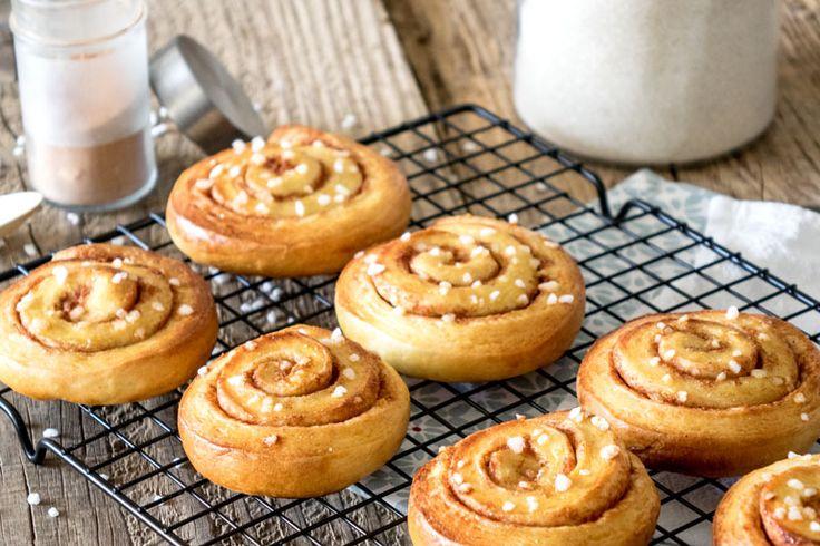La recette des kanelbullar, les petits pains briochés à la cannelle d'origine Suédoise, aussi appelés cinnamon rolls ou roulés à la cannelle.